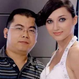 広東省の田舎者とロシア人美女モデルが結婚、幸せな生活を送る