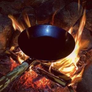 ブッシュクラフトで取っ手を作る『焚き火フライパン』ソロキャンにはとても役立つので紹介