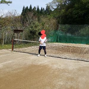 テニスコートはザラザラのコンクリート