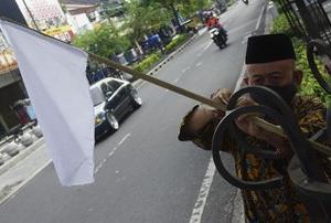 マリオボロの露天商は白旗を掲げ、PPKMの緩和を求める