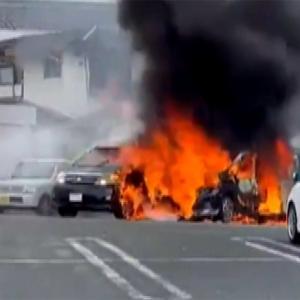 駐車場に停めていた車から出火 離れた場所にいた母親 火の中残された1才男児 火傷をしながらも助ける → 男児 意識不明の重体