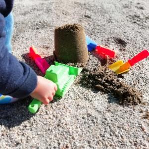 子供の砂場デビューはいつからが良い?遊ばせる効果は?