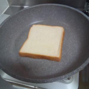 パンはフライパンで焼く(サンドイッチ)