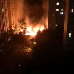 中国の電気自動車が突然炎上し大火災発生