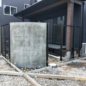 曲線の門柱がメインの新築外構工事着工中です。