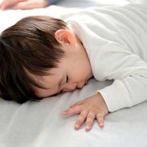 子どもの睡眠不足を解決!睡眠環境を整え、日光を浴びよう