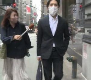 """【話題】小室圭さん、ロン毛姿に激変。長髪を後ろに結ぶ""""侍スタイル"""" 記者ガン無視でポケットに手"""