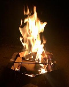 焚き火に燻されながらまったり中。