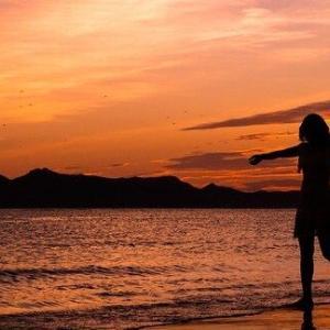 スピッツの「恋は夕暮れ」。夕焼けの世界を恋に重ねる、彼の心とは