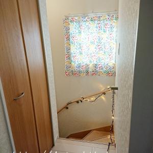 階段の窓の布を模様替え♪
