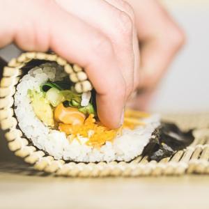 かっぱ寿司半額DAYは26日。雨どいから雑草が生えてきた。