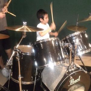 障害児が曲に合わせてドラムを叩けるようになった!その過程とは?