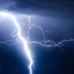 雷が鳴ったら釣りをやめてすぐに撤収すること!