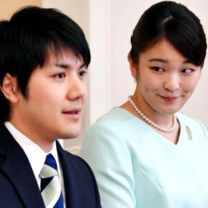 【悲報】小室圭さん、ポケットに手を突っ込み歩きスマホで記者の質問をガン無視