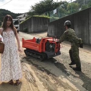 女性さん、とんでもない格好で熱海土砂災害現場を取材 炎上してしまうwwwwww