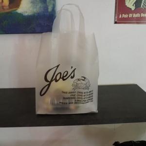 アメリカのマイアミにあるストーンクラブで有名なレストラン「Joe's Stone Crab」に行ってきたのでレビューします!(お持ち帰り)