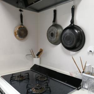 キッチンのフライパン収納を見直し。ミニマリスト精神に逆行する。