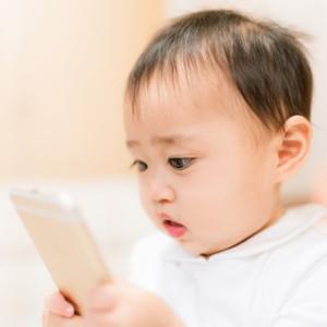 幼児がテレビやスマホを見過ぎると言語能力の発達が遅れる