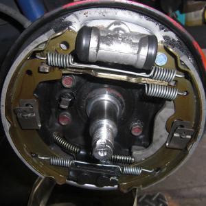 リヤブレーキのホイールシリンダー分解