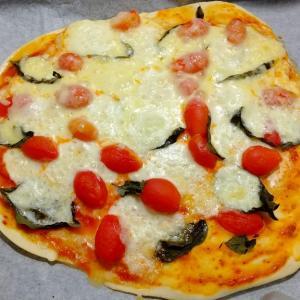 収穫野菜でピザを作る。