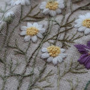 お花の刺繍、右側だけ完成