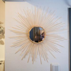 【DIYウォールミラー】インテリア壁掛け鏡を100円ショップを活用して安く作る方法。