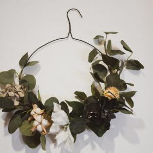 【簡単DIY】フラワーリース作り。ハンガーと造花を使ったハンギングリース!百均壁掛けリース