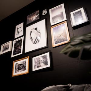 【賃貸でも壁の色を変えてアートや写真を飾る方法】ギャラリーウォールで海外風インテリアに!壁の色を変えることもラブリコで可能に・DIY&インテリアコーディネート