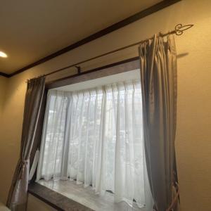 木製ブラインドとカーテンが設置されました