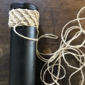 麻紐を針金で編む。