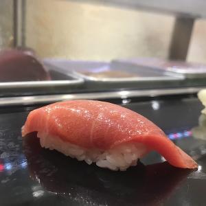 豊洲市場 気さくな本格お寿司屋さん「寿司大」のカウンターで新鮮なにぎりを味わう