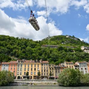 【フランス・グルノーブル】丸いロープウェイでバスティーユ城塞へ&元祖オリンピック マスコットに遭遇