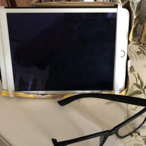 壊れた老眼鏡でiPadをみています