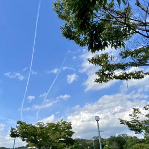 飛行機雲2つ Two contrails