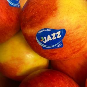 【JAZZりんご】最近見かけるニュージーランドのりんごを皮ごと食べてみた(重曹で洗った)