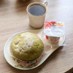 クッキーシュークリーム風パンと白桃ヨーグルト