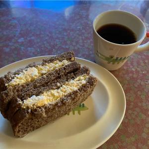 今日のサンドイッチはタマゴサンド、コーヒーはタンザニア