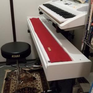 ピアノ椅子新しくなりました。