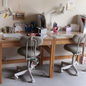 出しっぱなしの物でてんこ盛りだった子どもの机の上が、スッキリした理由
