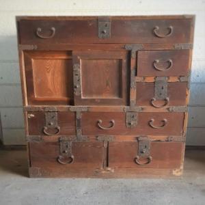 古い水屋箪笥のリメイク(1)~サビついた金具を外す