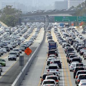 「Sit in traffic」=「渋滞に巻き込まれている」