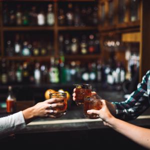 健康的なアルコールガイド!何を飲むか、どれくらい、そしてそれがあなたの健康にどのように影響するか?