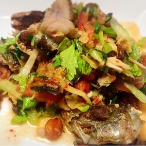 タイ料理「ヤムプラーグロップ」の作り方をYouTubeにアップしました。