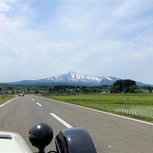 鳥海グリーンラインから日本海に抜け国道7号の看板とsevenのツーショット写真を撮影するツーリング