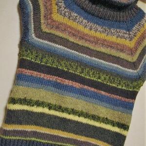 【残り毛糸でネックから編む】カラフルボーダーのトップダウンセーター