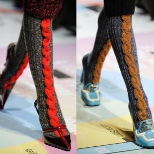【手編みの靴下】モード感のある毛糸のソックスを眺めながら、編み物の柔軟性をあらためて感じる秋の夜
