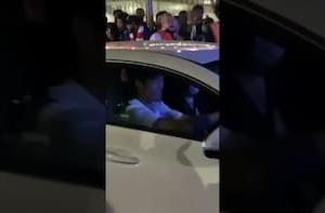 海外の反応「手を振ってくれた!」冨安健洋、高級車運転中に現地サポから大声援!スーパースターになっている模様