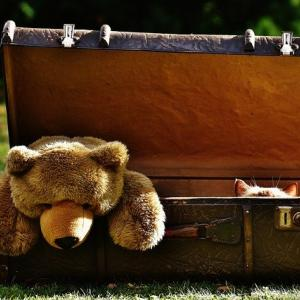 お客様お荷物が邪魔です!スーツケースを開け広げたまま外出なんて