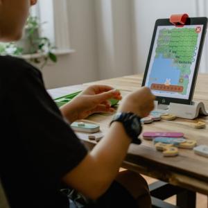 軽度な問題を含む子供達のスクリーンタイム「社会的メリットがある?」