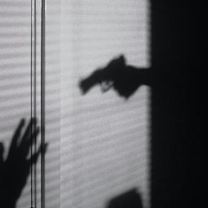 【実話】「ストックホルム症候群」の由来である銀行強盗を描く映画。人質はなぜ犯人に好意を抱くか?